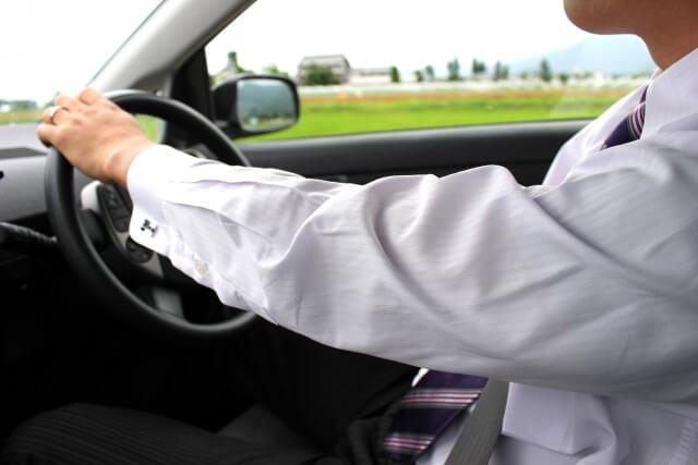 男性が車を運転している様子